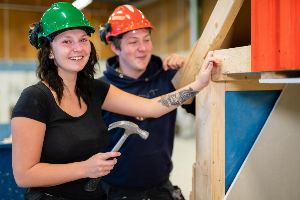 På Bygg- och anläggningsprogrammet kan du efter utbildningen välja mellan många byggyrken. Du kan även vidareutbilda dig på högskola eller kanske bli en framtida egenföretagare.
