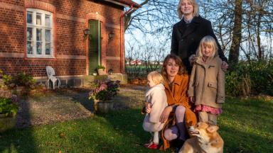 Hanna, Björn, barnen och en hund utanför huset.