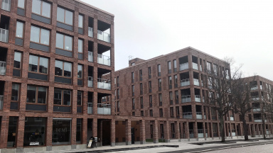 Flerfamiljshus med teglad fasad